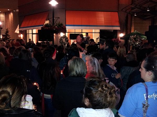 clackamas mall vigil - photographs by Lorelle VanFossen (20)